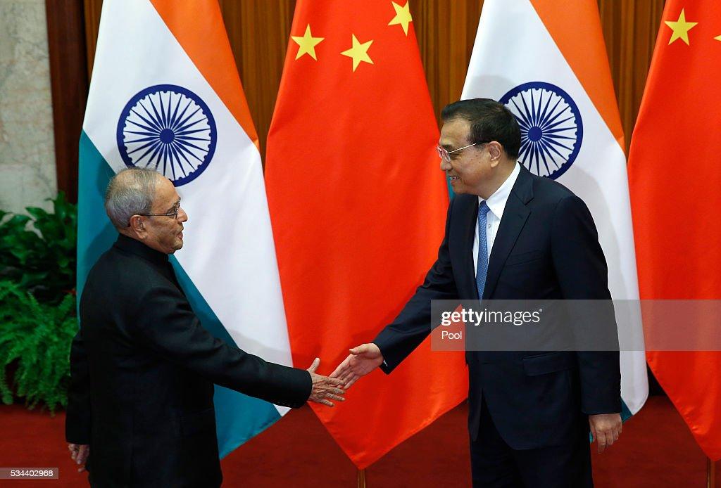 India's President Pranab Mukherjee (L) meets with China's Premier Li Keqiang at the Great Hall of the People in Beijing, China, May 26, 2016 in Beijing, China.