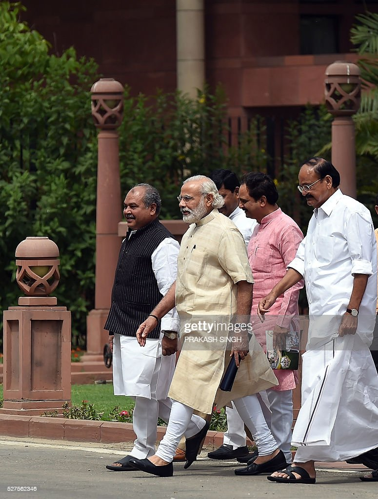 India's Prime Minister Narendra Modi(C)walks with senior leaders from his Bharatiya Janata Party (BJP) as they leave a BJP Parliamentary committee meeting in New Delhi on May 3, 2016, / AFP / Prakash SINGH