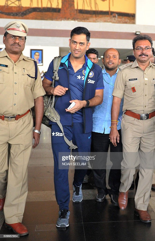 India's T20 cricket captain Mahendra Singh Dhoni (C) arrives at the airport in Visakhapatnam on February 13, 2016.The third T20 international match between India and Sri Lanka will be played on February 14. AFP PHOTO / Noah SEELAM. ---- IMAGE RESTRICTED TO EDITORIAL USE - STRICTLY NO COMMERCIAL USE ---- / AFP / NOAH SEELAM