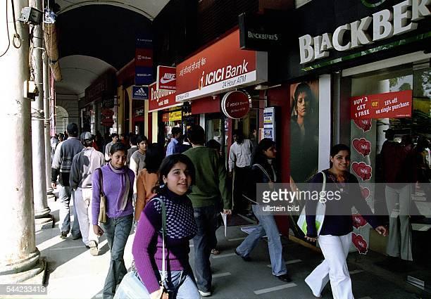 Indien Eine moderne Einkaufsstrasse in Delhi