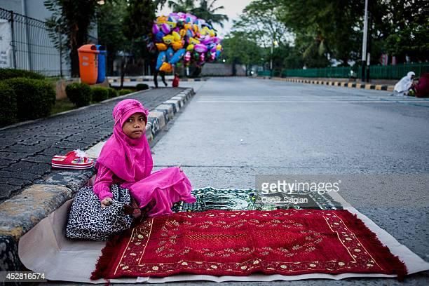 Indonesia Muslims prepare for Eid ElFitr pray at Sunda Kelapa Port on July 28 2014 in Jakarta Indonesia Eid AlFitr marks the end of Ramadan the...