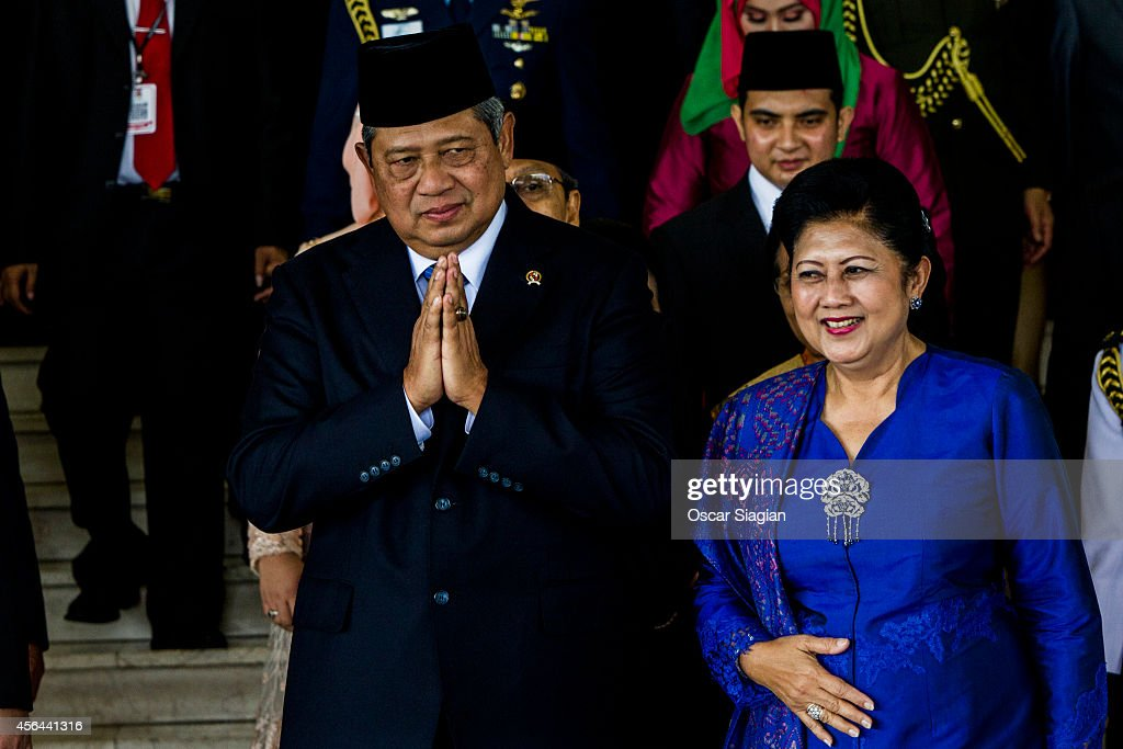 Indonesia President <a gi-track='captionPersonalityLinkClicked' href=/galleries/search?phrase=Susilo+Bambang+Yudhoyono&family=editorial&specificpeople=206513 ng-click='$event.stopPropagation()'>Susilo Bambang Yudhoyono</a> (L) and wife Ani Yudhoyono (R) gesture to the journalists after the inauguration of the members of Indonesia's parliament at the House of Representatives Building on October 1, 2014 in Jakarta, Indonesia. The House of Representatives on Friday voted 226 to 135 to approve the bill, according to which governors, district chiefs and mayors would be elected by the local legislatures.