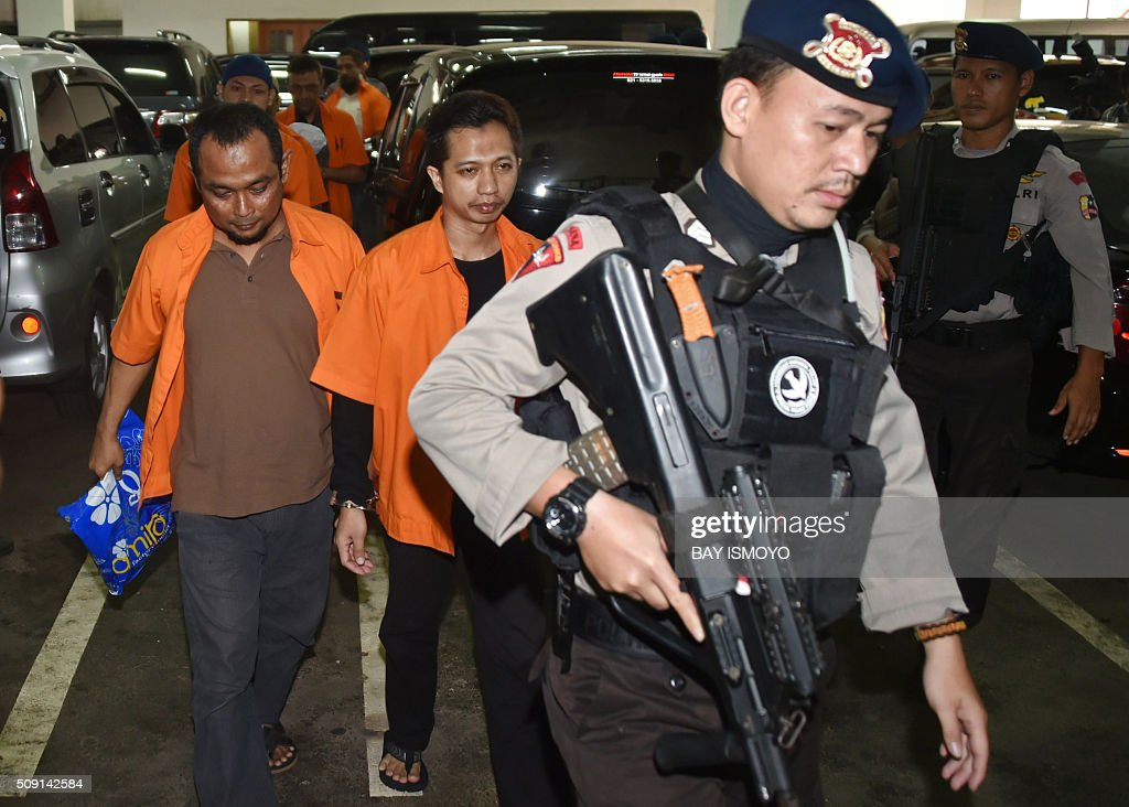 Indonesian armed police escort suspected Islamic radicals to court in Jakarta on February 9, 2016. An Indonesian court February 9 sentenced seven men to between three and five years in jail for supporting the Islamic State group, weeks after the extremist network launched a deadly assault on Jakarta. AFP PHOTO / Bay ISMOYO / AFP / BAY ISMOYO