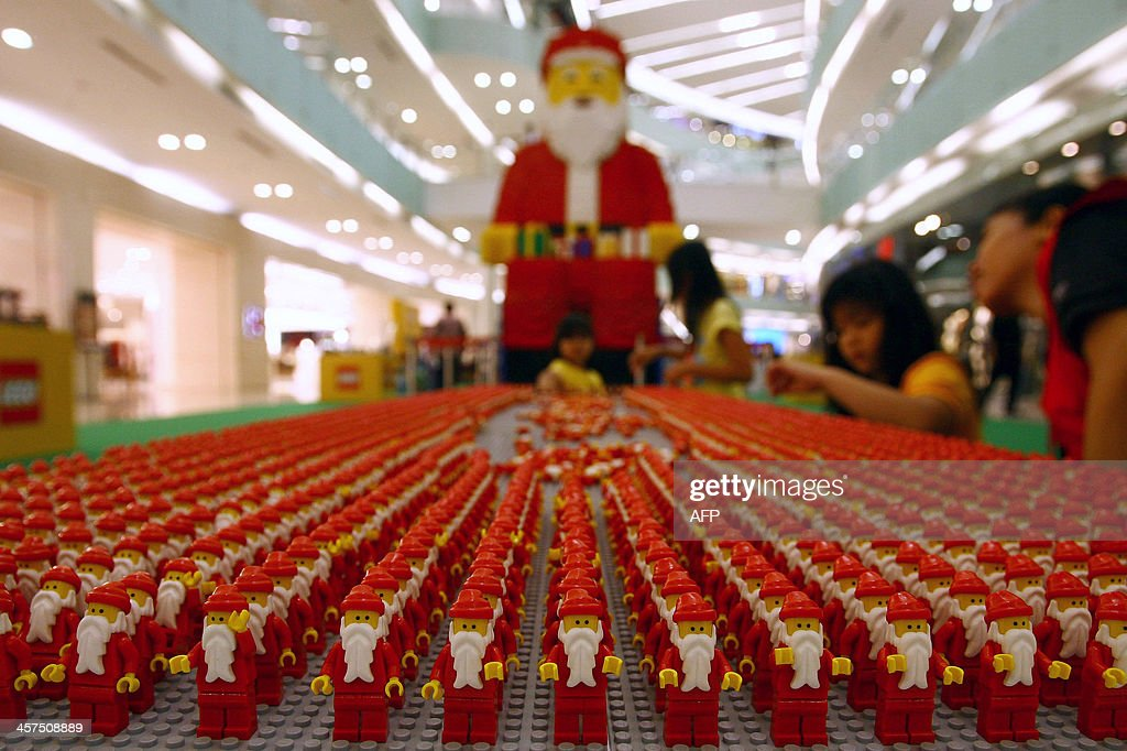 Indonesian children play with Santa Claus lego at a mall in Surabaya on December 18, 2013. Indonesian Christians will celebrate Christmas amid a warning on December 12 from Indonesian police that Islamic extremists may be planning to target worshippers at Christmas and New Years celebrations in the capital Jakarta and other parts of the country. AFP PHOTO / JUNI KRISWANTO