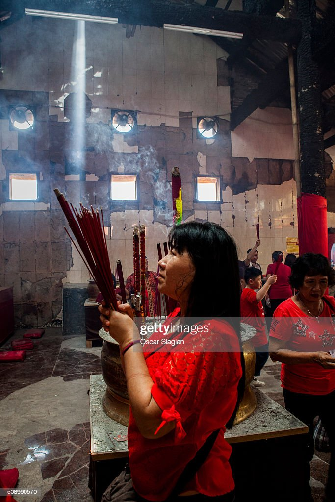Indonesian Chinese pray during Chinese New Year celebrations at Dharma Bhakti Temple on February 8, 2016 in Jakarta, Indonesia. The Chinese Lunar New Year also known as the Spring Festival, which is based on the Lunisolar Chinese calendar, is celebrated from the first day of the first month of the lunar year and ends with Lantern Festival on the fifteenth day.
