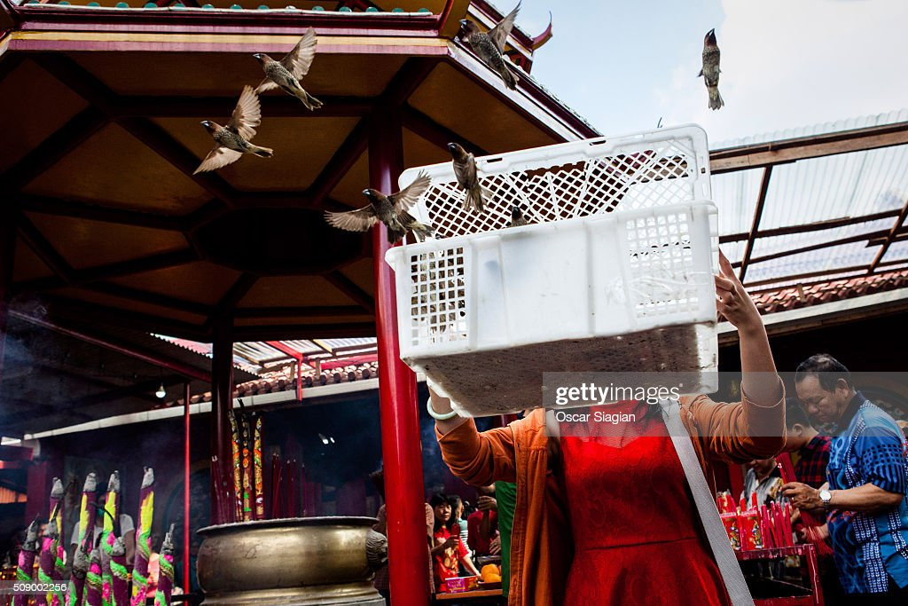 Indonesian Chinese release birds into the air during Chinese New Year celebrations at Dharma Bhakti Temple on February 8, 2016 in Jakarta, Indonesia. The Chinese Lunar New Year also known as the Spring Festival, which is based on the Lunisolar Chinese calendar, is celebrated from the first day of the first month of the lunar year and ends with Lantern Festival on the fifteenth day.