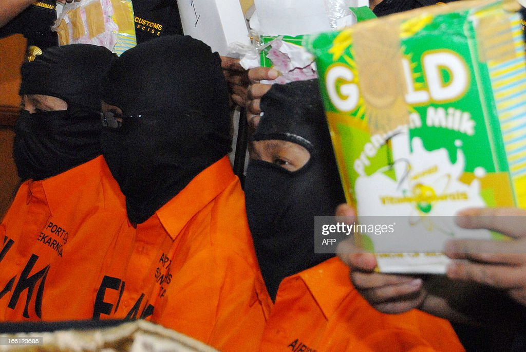 Indonesian custom officers show journalists three drug suspects from the Philippines with the evidence in Tangerang on April 9, 2013. Three Filipinos have been detained in Indonesia for attempted to smuggle 15.3 kilograms of methamphetamine with an estimated value of 2,1 million USD, an official said on April 9.