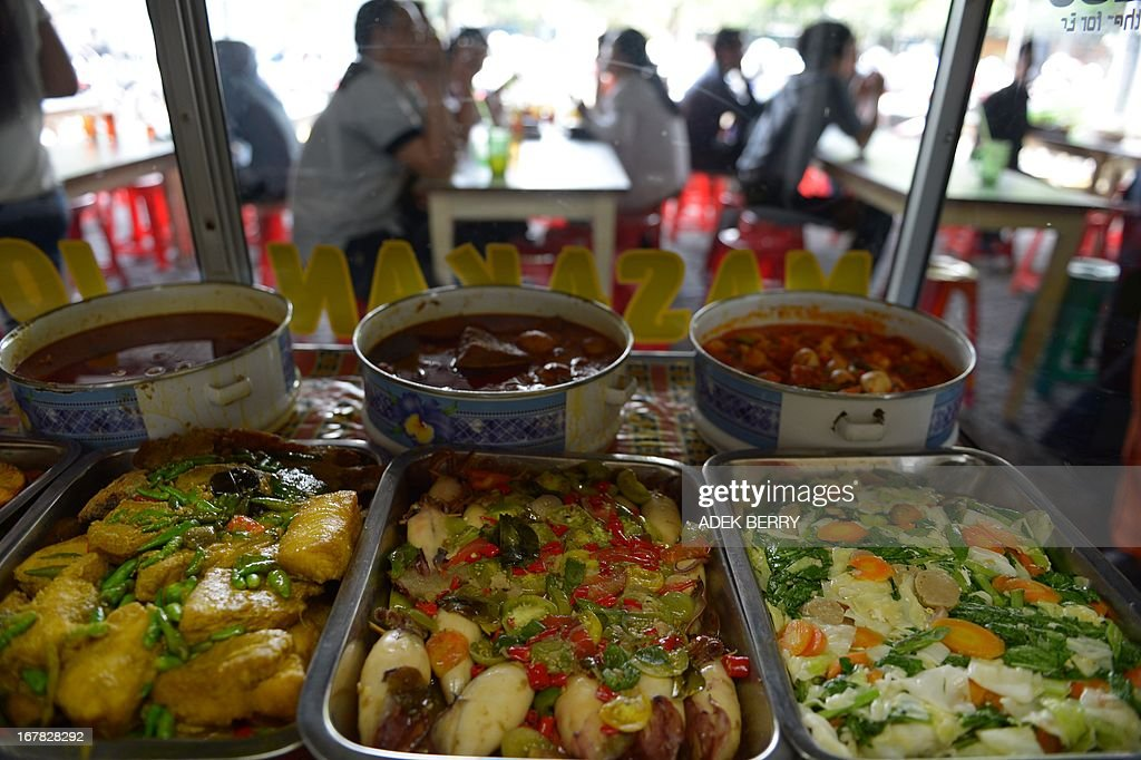 Indonesian employees have their lunch in Jakarta on May 1, 2013. Indonesian inflation eased to 5.57 percent year-on-year in April due to lower gold and food prices, the statistics agency said on May 1. However, analysts warn that inflation may accelerate again as Southeast Asia's top economy plans to hike petrol prices by as much as 44 percent as soon as May. AFP PHOTO / ADEK BERRY