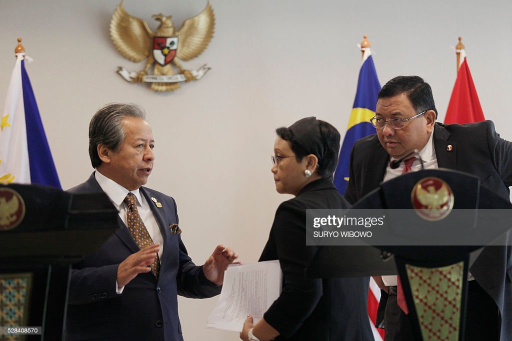 Indonesian Foreign Minister Retno Marsudi (C) listens to Malaysia's Foreign Minister Anifah Aman (L) as Philippines' Foreign Minister Jose Rene D. Almendras (R) looks on during a trilateral meeting at the Gedung Agung palace in Yogyakarta on May 5, 2016. Indonesia, Malaysia and the Philippines are to launch a joint patrol in their waters after a recent surge of kidnappings by a radical Islamic group, according to an agreement struck on May 5. / AFP / SURYO