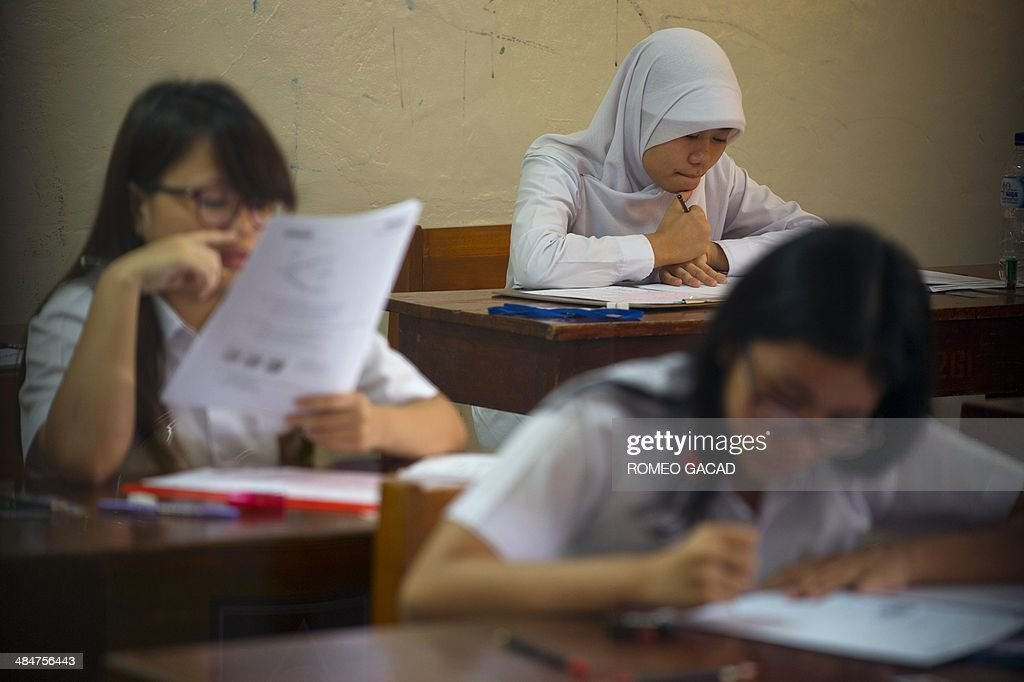Indonesian high school students attend the first day of national examinations at a state senior high school in Jakarta on April 14, 2014. More than a million students will take part in state senior high school final examinations across Indonesia's 17,000 islands that students are required to pass in order to graduate and continue to higher studies in colleges and universities.