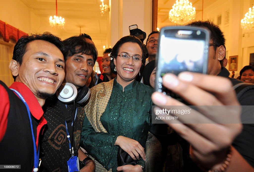 Indonesian journalists have their picture taken with outgoing Finance Minister Sri Mulyani Indrawati after the swearing in ceremony at the presidential palace in Jakarta on May 20, 2010. Indonesia's new finance minister faces an uphill struggle to restore investor's confidence after the shock resignation of his respected predecessor, analysts said. President Susilo Bambang Yudhoyono appointed PT Bank Mandiri chief Agus Martowardojo late on May 19, to replace independent economist Sri Mulyani Indrawati, who resigned on May 4 for a top job at the World Bank.