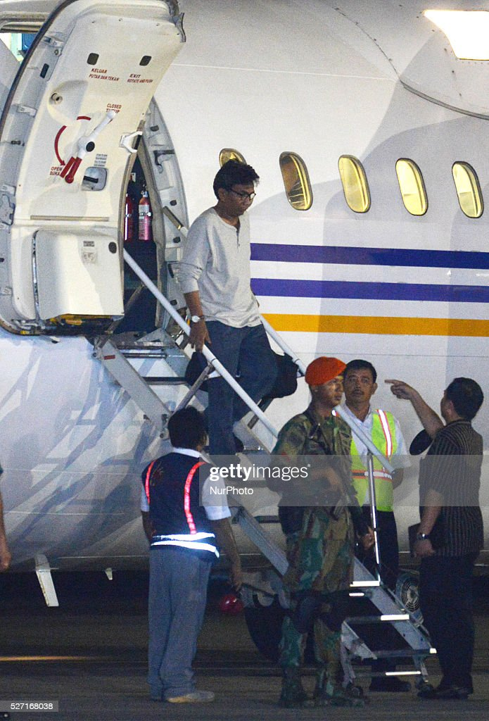 Indonesian kidnapped by Philippine rebel group Abu Sayyaf disembark a plane during arrival in Jakarta, Indonesia, 01 May 2016. Jihadist group Abu Sayyaf has released 10 Indonesians it was still holding captive.