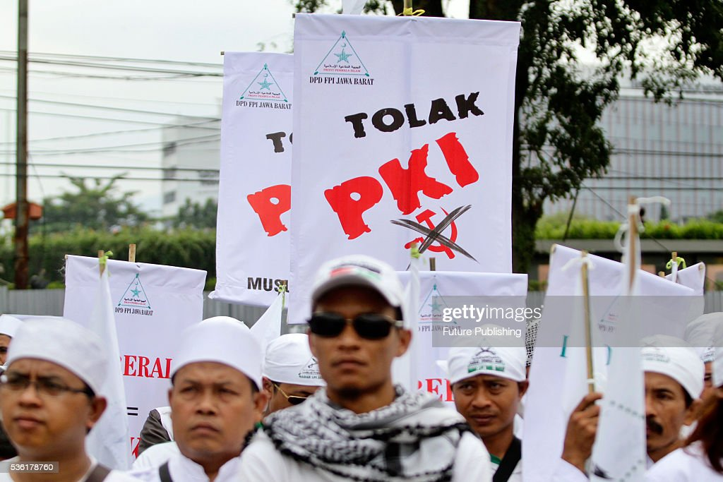 Indonesian members of hardline group Front Pembela Islam (FPI) or Islamic Defenders Front hold a roll call in a protest against Partai Komunis Indonesia (PKI) or Communist Party of Indonesia on May 31, 2016 in Bandung, Indonesia. Police and the military in recent weeks have rounded up people for allegedly spreading communism which remains outlawed in Indonesia through logos on T-shirts. Jefta Images / Barcroft Images hello@barcroftmedia.com - +1 212 796 2458 +91 11 4053 2429 www.barcroftimages.com