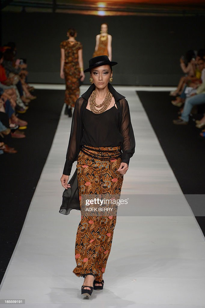 Indonesian models present Indonesia's fabric 'Batik' creations designed by Indonesian designer Poppy Dharsono during Jakarta Festival Week 2014 in Jakarta on October 22, 2013. Some 240 designers and fashion labels are being showcased at Jakarta Fashion Week 2014 which is running between October 19-25.