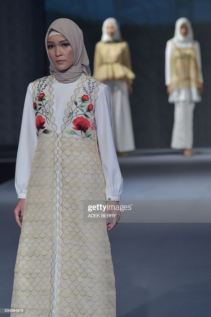 Indonesian models wear creations by Indonesian designer Poppy Theodorini during the Muslim Fashion Festival in Jakarta on May 25, 2016. The Muslim Fashion Festival is held in Jakarta from May 25 - 29, ahead of the holy month of Ramadan that starts in Indonesia on June 6. / AFP / ADEK