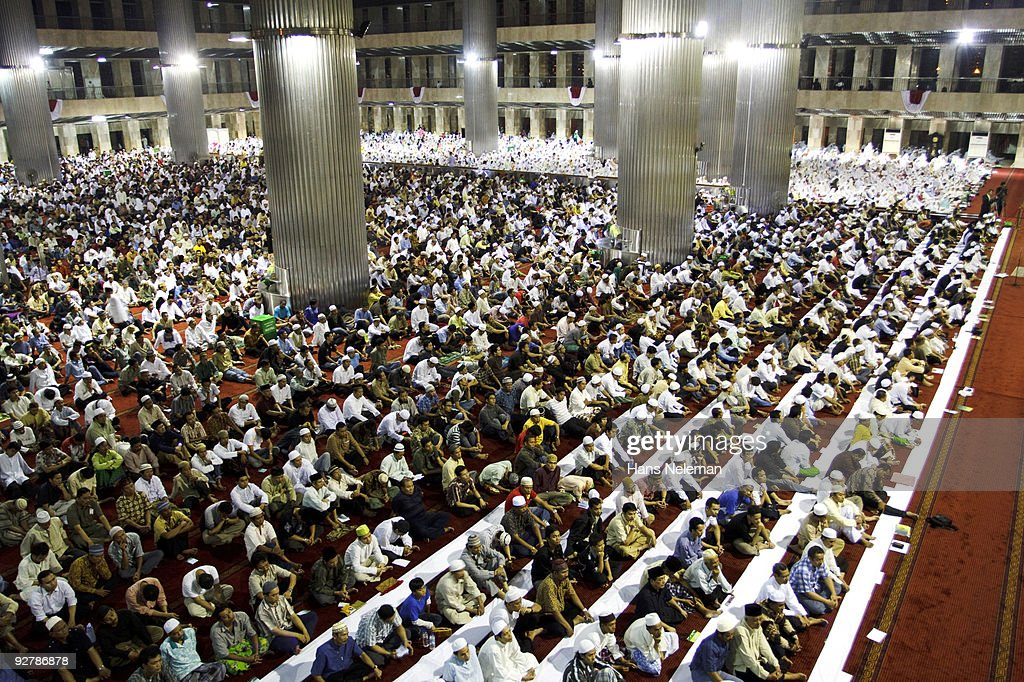 Indonesian Moslems pray at Istiqlal Mosque : Stock Photo