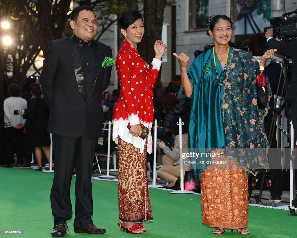 Indonesian movies, 'Soegija' and 'The Blindfold' director Garin Nugroho (L) poses with actress Annisa Hertami (C) and Jajang C Noer (R) during the Tokyo International Film Festival (TIFF) opening ceremony in Tokyo on October 20, 2012. With China's main entry to the film festival being pulled, a total of 103 movies will be screened during the nine-day event.