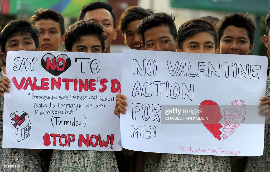 Indonesian Muslim students campaign against the celebration of Valentine's Day in Banda Aceh on February 13, 2016. Muslim clerics across Indonesia have warned against celebrating Valentine's Day, which they regard as Western celebration that promotes sex, drinking alcohol and drug use. AFP PHOTO / Chaideer MAHYUDDIN / AFP / CHAIDEER MAHYUDDIN