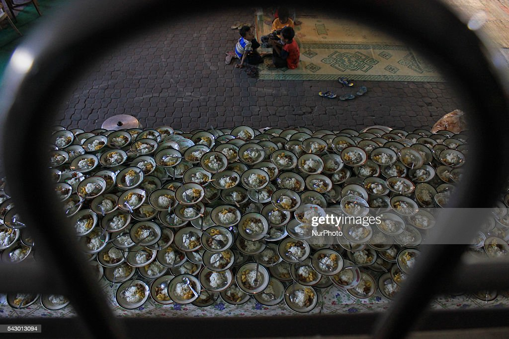 Indonesian Muslims prepare foods for breaking their fast at the Jogokariyan Mosque, Yogyakarta, Indonesia on June 25, 2016. The Islamic holy month of Ramadan is celebrated by Muslims around the world marked by fasting, abstaining from food, sex and smoking from dawn to dusk.