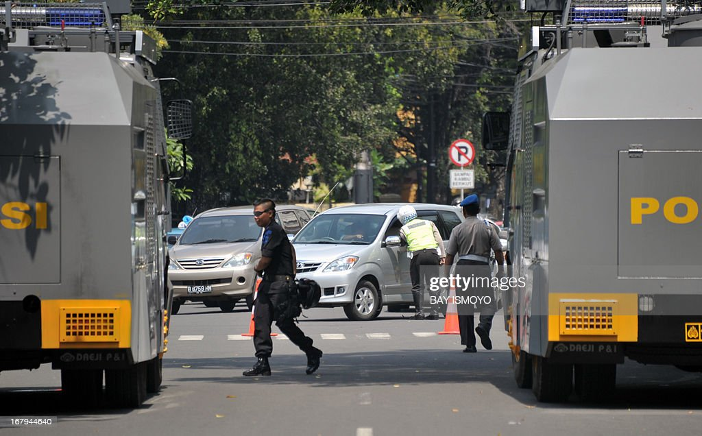 Indonesian police blockade the road in front of the Myanmar embassy in Jakarta on May 3, 2013 as part of their efforts to secure the embassy from Muslim protesters expected to carry out anti-Buddhist demonstrations. Indonesian anti-terrorist police have detained two men suspected of planning a bomb attack on the Myanmar embassy in Jakarta on May 3 in the wake of fresh violence against Muslims in Myanmar, officials said. AFP PHOTO / Bay ISMOYO