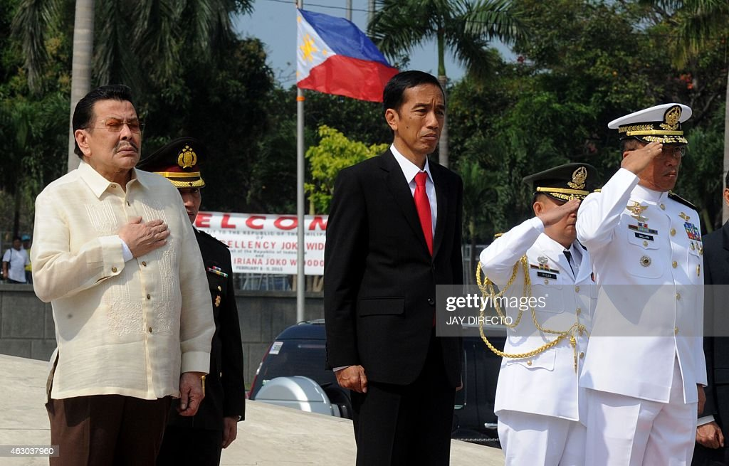 Indonesian President <a gi-track='captionPersonalityLinkClicked' href=/galleries/search?phrase=Joko+Widodo&family=editorial&specificpeople=6657368 ng-click='$event.stopPropagation()'>Joko Widodo</a> (C) attends a wreath laying ceremony next to Manila Mayor <a gi-track='captionPersonalityLinkClicked' href=/galleries/search?phrase=Joseph+Estrada&family=editorial&specificpeople=553277 ng-click='$event.stopPropagation()'>Joseph Estrada</a> (L) at the monument to national hero Jose Rizal in Manila on February 9, 2015. Widodo meets with Philippine President Benigno Aquino at the presidential palace on February 9. AFP PHOTO / Jay DIRECTO