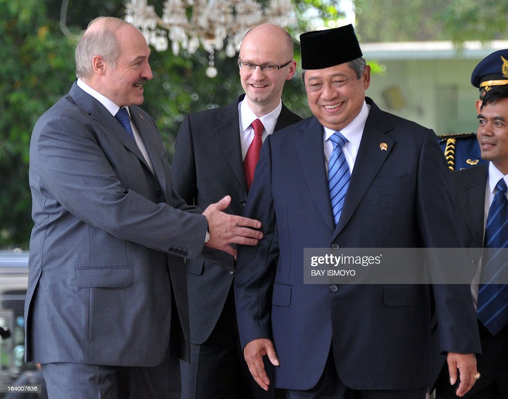Indonesian President Susilo Bambang Yudhoyono (R) and his Belarus counter part Alexander Lukashenko (L) meet at the Presidential palace in Jakarta on March 19, 2013. Lukashenko, on his two-day visit, will discussed joint efforts to enhance cooperation in the fields of agriculture, science and technology with Yudhoyono. AFP PHOTO / Bay ISMOYO