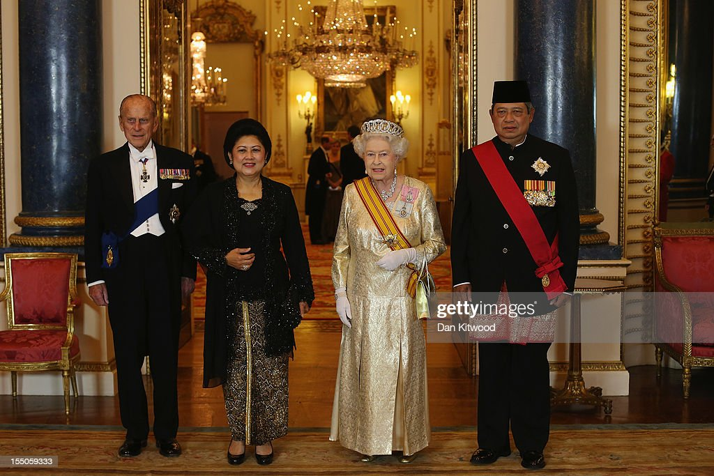 Indonesian President <a gi-track='captionPersonalityLinkClicked' href=/galleries/search?phrase=Susilo+Bambang+Yudhoyono&family=editorial&specificpeople=206513 ng-click='$event.stopPropagation()'>Susilo Bambang Yudhoyono</a> (R) and his wife <a gi-track='captionPersonalityLinkClicked' href=/galleries/search?phrase=Ani+Bambang+Yudhoyono&family=editorial&specificpeople=5589933 ng-click='$event.stopPropagation()'>Ani Bambang Yudhoyono</a> (2nd, L) pose for a photograph with Britain's Queen <a gi-track='captionPersonalityLinkClicked' href=/galleries/search?phrase=Elizabeth+II&family=editorial&specificpeople=67226 ng-click='$event.stopPropagation()'>Elizabeth II</a> (2nd, R) and <a gi-track='captionPersonalityLinkClicked' href=/galleries/search?phrase=Prince+Philip&family=editorial&specificpeople=92394 ng-click='$event.stopPropagation()'>Prince Philip</a>, Duke of Edinburgh (L) in the Music Room at Buckingham Palace ahead of a state banquet in their honour on October 31, 2012 in London, England. During President Yudhoyono and his wife's three day State Visit to the UK they will stay in Buckingham Palace and meet with members of the Royal Family, Prime Minister David Cameron and lay a wreath at the Grave of the Unknown Warrior in Westminster Abbey.