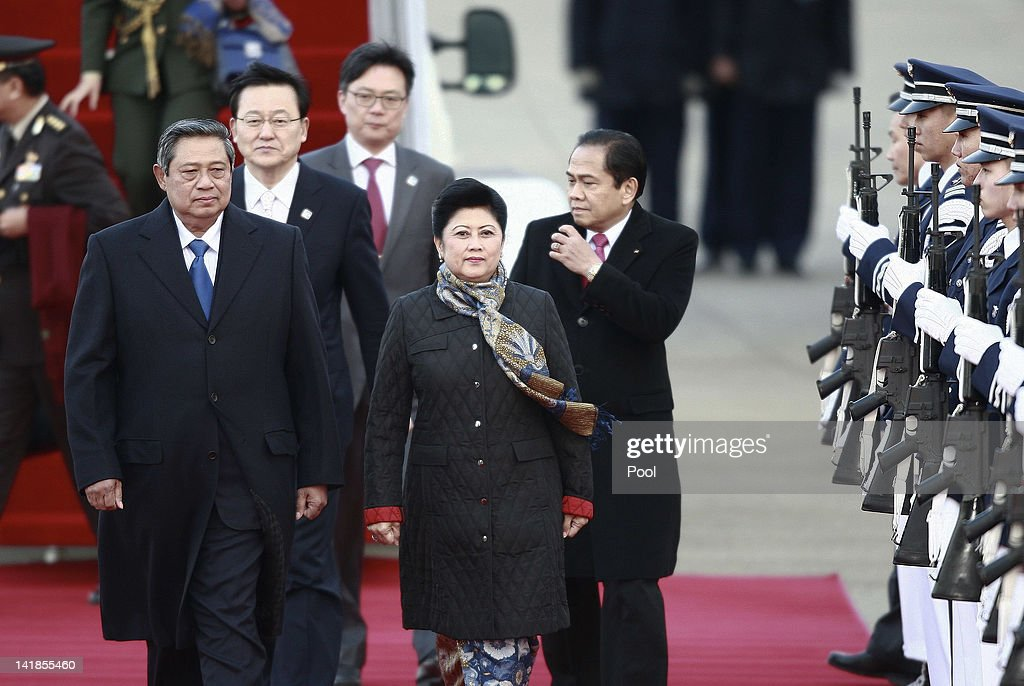 Indonesian President <a gi-track='captionPersonalityLinkClicked' href=/galleries/search?phrase=Susilo+Bambang+Yudhoyono&family=editorial&specificpeople=206513 ng-click='$event.stopPropagation()'>Susilo Bambang Yudhoyono</a> and his wife Kristiani Yudhoyono arrive at Seoul military airport on March 25, 2012 in Seoul, South Korea. World leaders are gathering in Seoul to discuss the threat of nuclear terrorism, the recurrence nuclear power plant meltdown and to minimize nuclear material across the world.