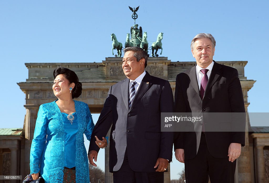 Indonesian President Susilo Bambang Yudhoyono (C) and his wife Kristiani Herawati (L) pose with Berlin Mayor Klaus Wowereit in front of the Brandenburg Gate during their visit in Berlin on March 5, 2013. Indonesian President Susilo Bambang Yudhoyono is in Berlin to meet with Chancellor Angela Merkel and inaugurate the ITB Berlin tourism fair, one of the top industry gatherings. BERRY