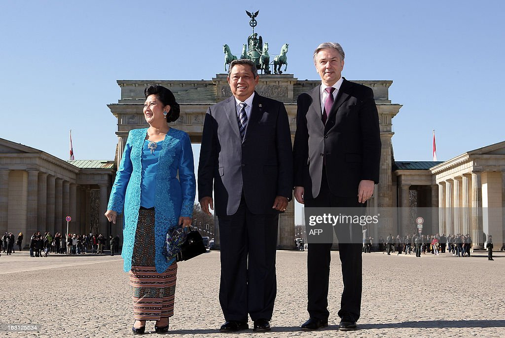 Indonesian President Susilo Bambang Yudhoyono (C) and his wife Kristiani Herawati pose with Berlin Mayor Klaus Wowereit (R) in front of the Brandenburg Gate during their visit in Berlin on March 5, 2013. Indonesian President Susilo Bambang Yudhoyono is in Berlin to meet with Chancellor Angela Merkel and inaugurate the ITB Berlin tourism fair, one of the top industry gatherings. BERRY