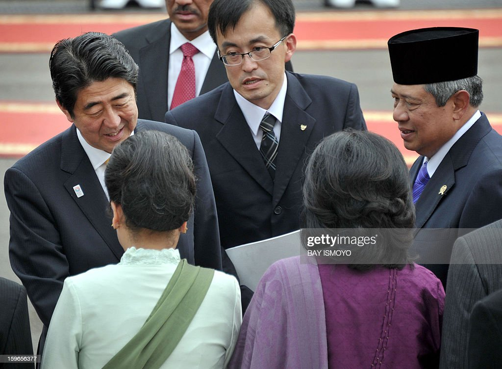 Indonesian President Susilo Bambang Yudhoyono (R) introduces his ministers to Japan's Prime Minister Shinzo Abe (L) as they meet at the Presidential Palace in Jakarta on January 18, 2013. Abe met Indonesia's President Susilo Bambang Yudhoyono but has cut short his trip to fly home on January 19 and deal with the hostage crisis in Algeria in which numerous Japanese are caught up. AFP PHOTO / Bay ISMOYO