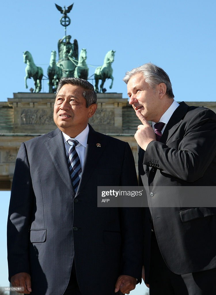 Indonesian President Susilo Bambang Yudhoyono (L) listens to Berlin Mayor Klaus Wowereit in front of the Brandenburg Gate during his visit in Berlin on March 5, 2013. Indonesian President Susilo Bambang Yudhoyono is in Berlin to meet with Chancellor Angela Merkel and inaugurate the ITB Berlin tourism fair, one of the top industry gatherings. BERRY