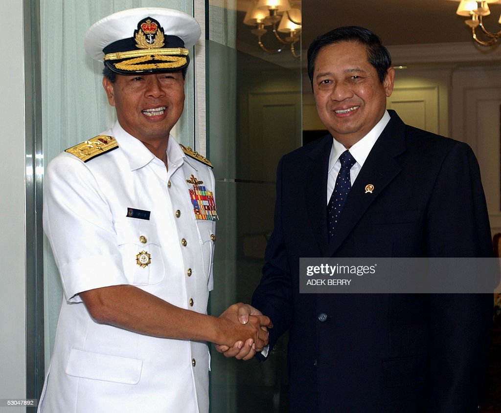 Indonesian President Susilo Bambang Yudhoyono shakes hand with Malaysia's Military chief Admiral Tan Sri Dato' Sri Mohamad Anwar bin HJ Nor before a...