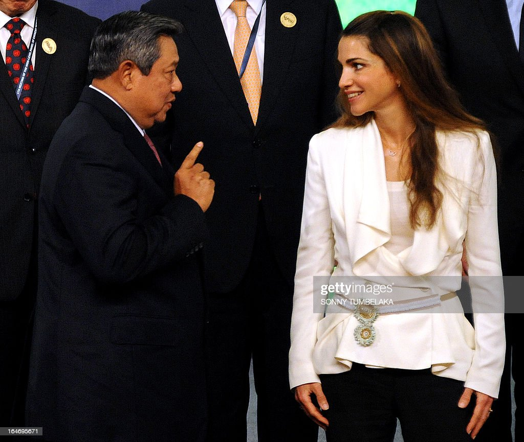 Indonesian President Susilo Bambang Yudhoyono (L) speaks with Queen Rania of Jordan (R) before a group photo during a conference in Nusa Dua on Bali island on March 27, 2013. The 4th Meeting and Related Meetings of High-level Panel of Eminent Persons on the Post-2015 Development Agenda will be held from March 25 - 27 on the Indonesia resort island of Bali.
