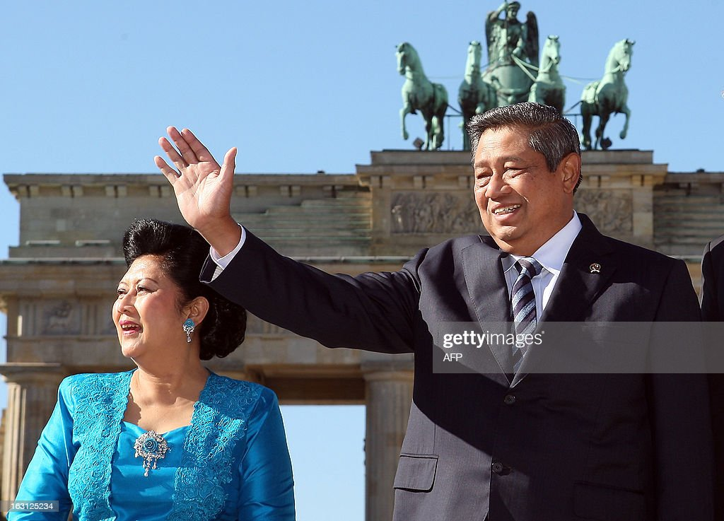 Indonesian President Susilo Bambang Yudhoyono (R) waves as he poses in front of the Brandenburg Gate with his wife Kristiani Herawati (L) during their visit in Berlin on March 5, 2013. Indonesian President Susilo Bambang Yudhoyono is in Berlin to meet with Chancellor Angela Merkel and inaugurate the ITB Berlin tourism fair, one of the top industry gatherings. BERRY