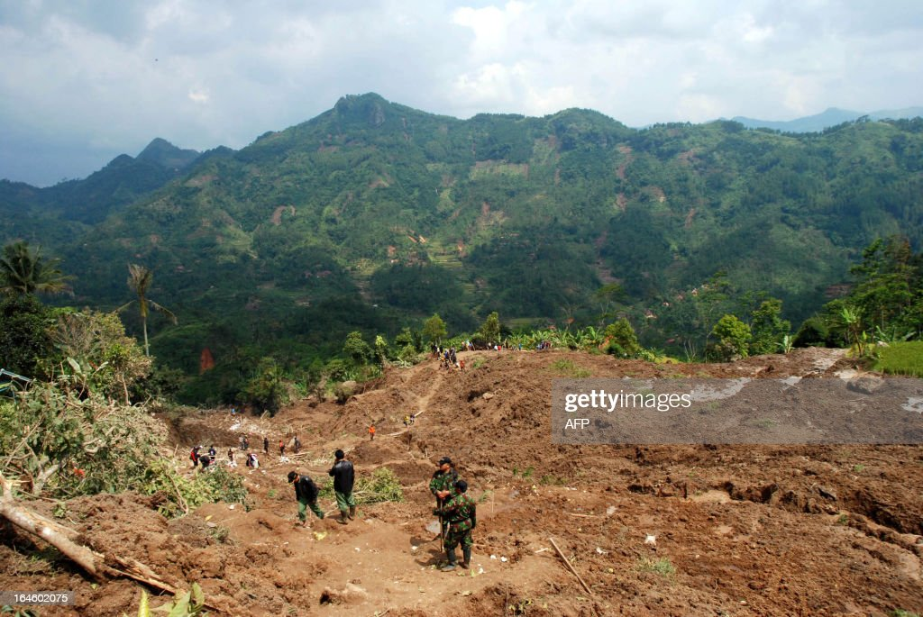 Indonesian search and rescue officers and military personnel look for victims of a landslide at the Muka Payung village in Cililin, Bandung on March 25, 2013. Six people were killed and 18 were missing on March 25 after they were buried in a landslide caused by heavy rain on Indonesia's Java island, a disaster official said. AFP PHOTO / TIMUR MATAHARI
