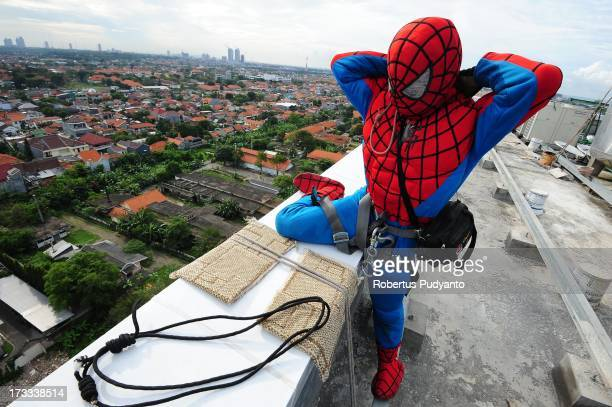 Indonesian 'SpiderMan' window cleaner 37yearold Teguh prepares his equipment before he cleans the glass windows of the 18storey Alana Hotel on July...