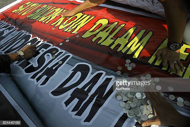 Indonesian Students collect coins on the banner as quotdonationsquot to pay one billion USD assistance of Australia in the tsunami that hit Aceh...