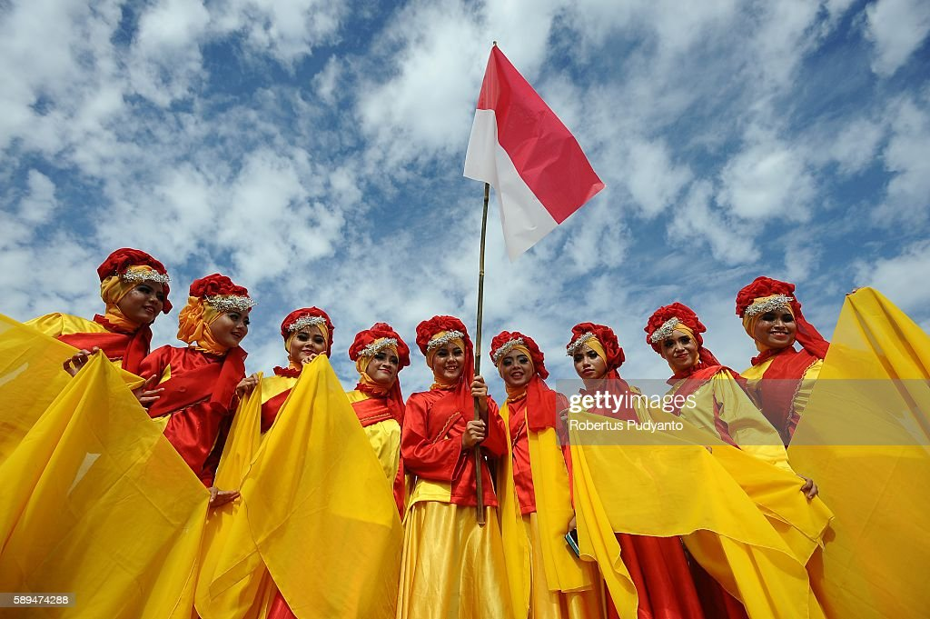 Indonesian students wearing Sumatrans traditional costumes pose during closing ceremony stage eight of the 2016 Tour de Singkarak Bukittinggi Padang...