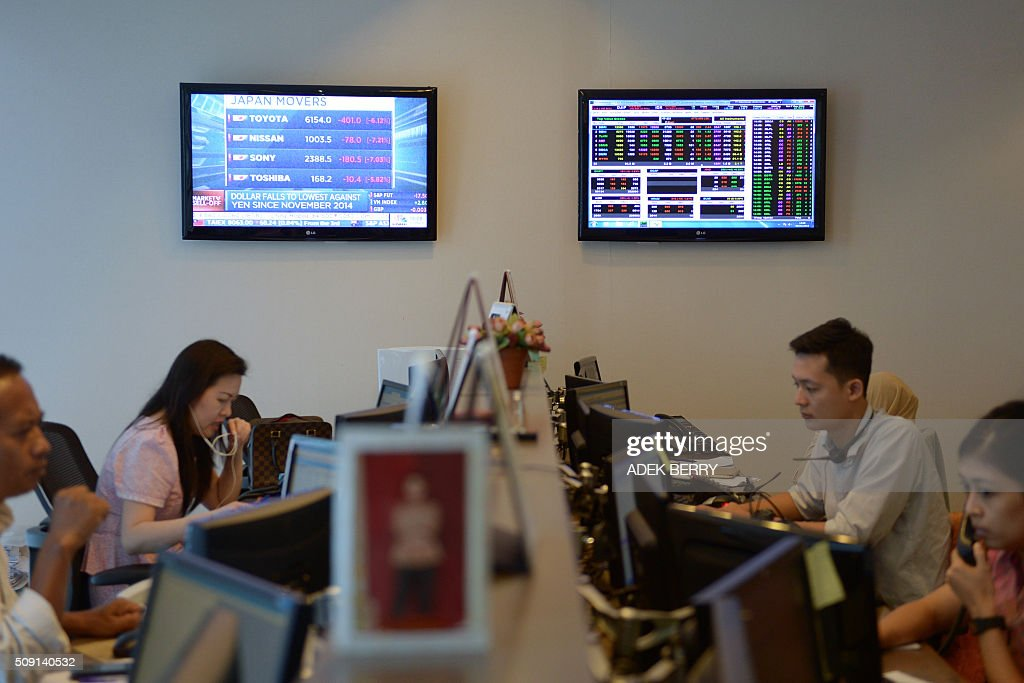 Indonesian traders work at a securities office in Jakarta on February 9, 2016. The Indonesian stock market reopened February 9 while most of the Asian region remained closed for the Lunar New Year holiday, as trading remained thin but dealers took their lead from New York and Europe where banking shares were battered. AFP PHOTO / ADEK BERRY / AFP / ADEK BERRY