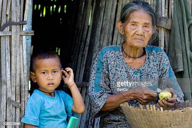 インドネシア人女性ピーリングフルーツの少年
