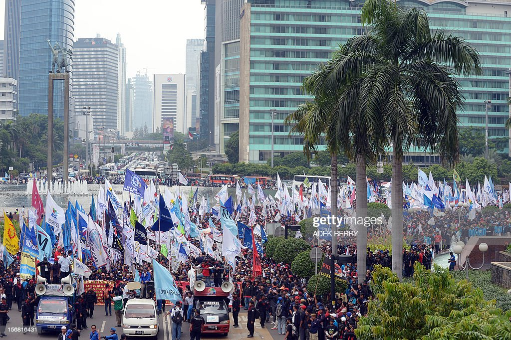 Indonesian workers march towards the presidential palace during a rally in Jakarta on November 22, 2012