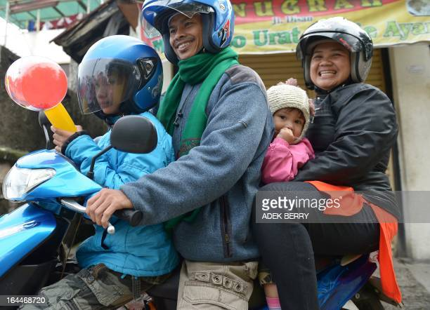 STORY 'IndonesiareligionIslamhealthwomenrightsFEATURE' by Arlina Arshad This picture taken on February 10 2013 shows a family leaving a...