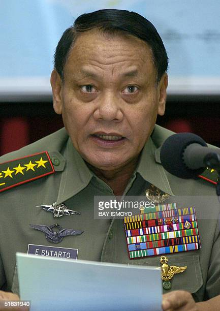 Indonesia's armed forces chief General Endriartono Sutarto speaks during a press conference at a military headquarters in Jakarta 01 November 2004...