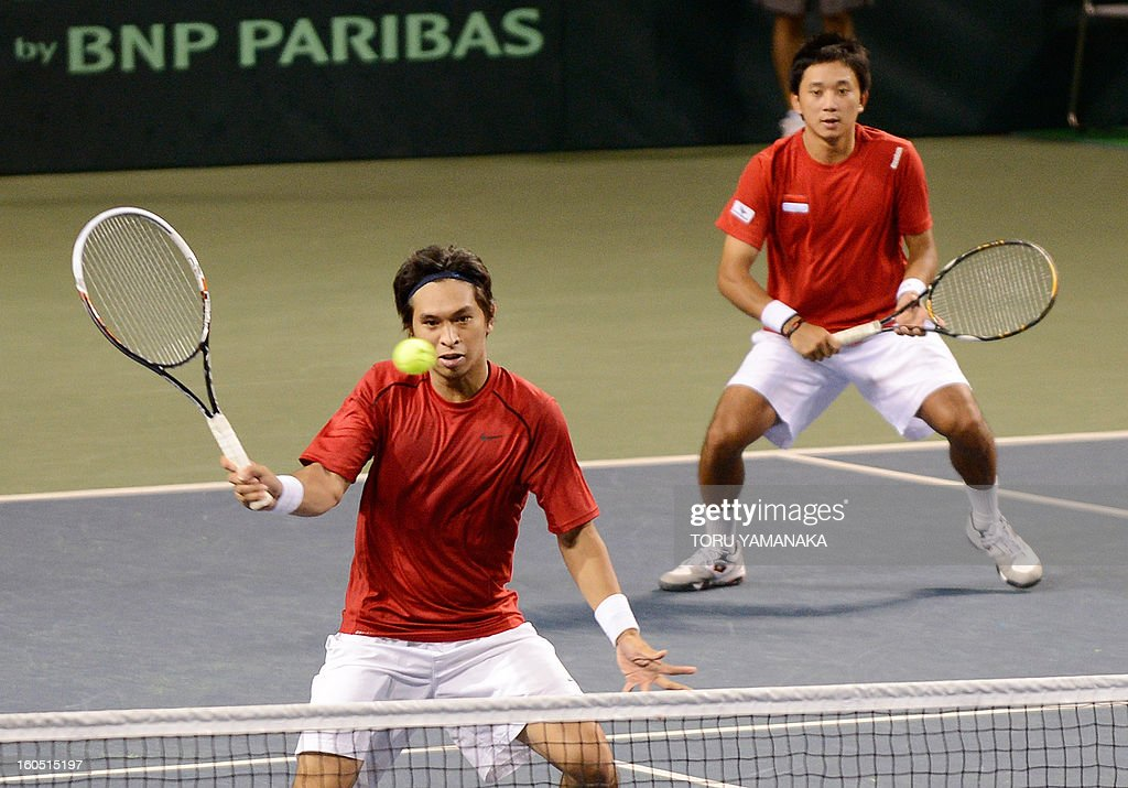 Indonesia's Christopher Rungkat (L) returns a shot beside his partner Elbert Sie (R) to Japan's Tatsuma Ito and Yasutaka Uchiyama during their men's doubles tennis match at the Davis Cup Asia-Oceania Zone Group I first-round tie on February 2, 2013. Japanese pair won Indonesian pair 6-4, 5-7, 2-6, 7-5, 6-2. AFP PHOTO/Toru YAMANAKA