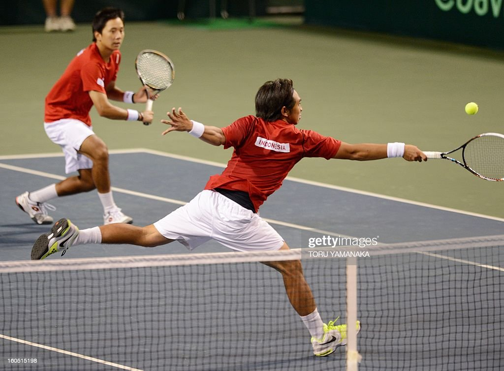 Indonesia's Christopher Rungkat (R) returns a shot beside his partner Elbert Sie (L) to Japan's Tatsuma Ito and Yasutaka Uchiyama during their men's doubles tennis match at the Davis Cup Asia-Oceania Zone Group I first-round tie on February 2, 2013. Japanese pair won Indonesian pair 6-4, 5-7, 2-6, 7-5, 6-2. AFP PHOTO/Toru YAMANAKA