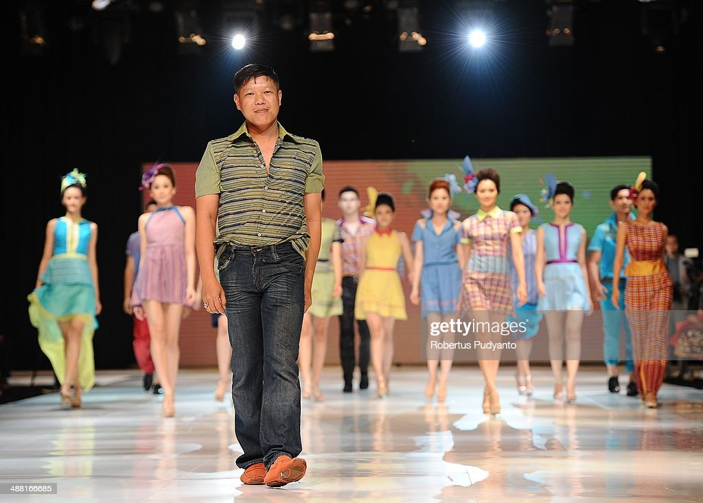 Indonesia's fashion designer Oki Wong (C) on the runway during The 7th Surabaya Fashion Parade 'NIWASANA NUSANTARA 2014' day four at Tunjungan Plaza on May 4, 2014 in Surabaya, Indonesia.