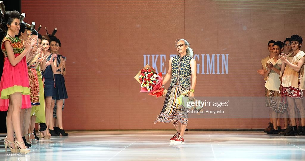 Indonesia's fashion designer Uke Toegimin (C) on the runway during The 7th Surabaya Fashion Parade 'NIWASANA NUSANTARA 2014' day four at Tunjungan Plaza on May 4, 2014 in Surabaya, Indonesia.