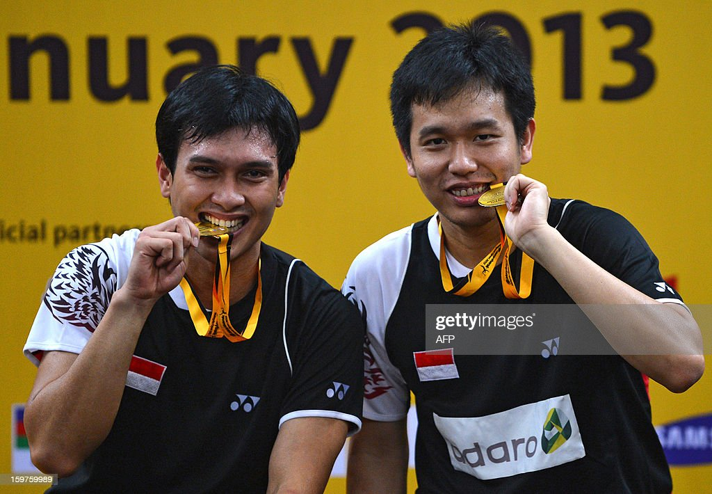Indonesia's Hendra Setiawan (L) and partner Mohammad Ahsan (R) celebrate with their gold medals during the awards ceremony after defeating South Korea's Ko Sung-Hyun and Lee Yong-Dae in the men's doubles final at the Malaysia Open Badminton Superseries in Kuala Lumpur on January 20, 2013.