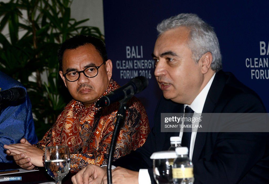 Indonesia's Minister of Energy and Mineral Resources Sudirman Said (L) looks on as executive director of the International Energy Agency (IEA) Fatih Birol (R) speaks to journalists at a press conference during the Bali Clean Energy Forum (BCEF) 2016 in Nusa Dua on Indonesia's resort island of Bali on February 11, 2016. Indonesia is hosting the forum from February 11 to 12. AFP PHOTO / SONNY TUMBELAKA / AFP / SONNY TUMBELAKA